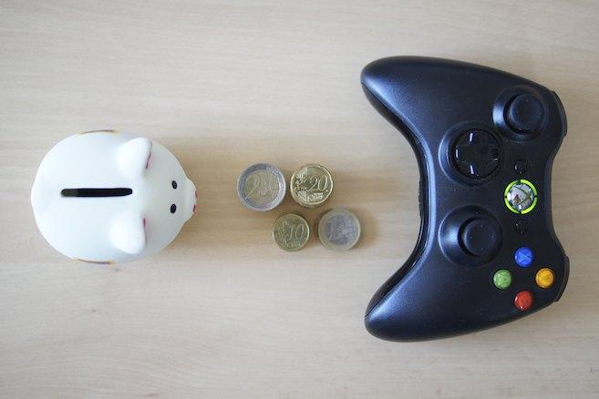 The DLC Trap - Sparschwein, Münzen und ein Xbox 360 Controller
